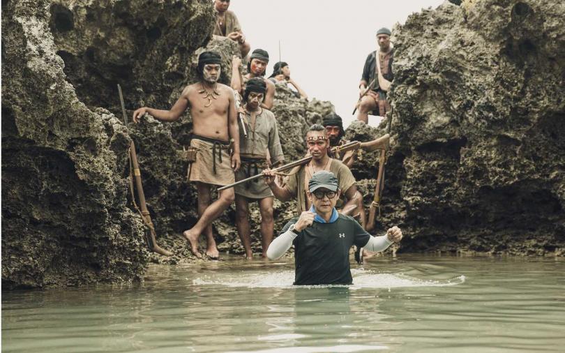 導演曹瑞原親自涉水帶領拍攝。(圖/公視)
