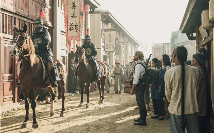 演出台灣總兵的黃健瑋(左1)上馬超有架勢。(圖/公視)