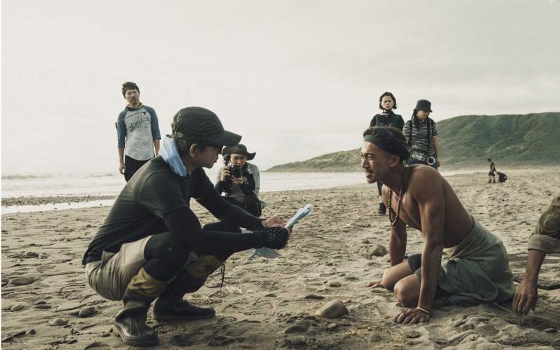吳慷仁(右)與導演曹瑞原(左)走戲排練_公視提供。(圖/公視)