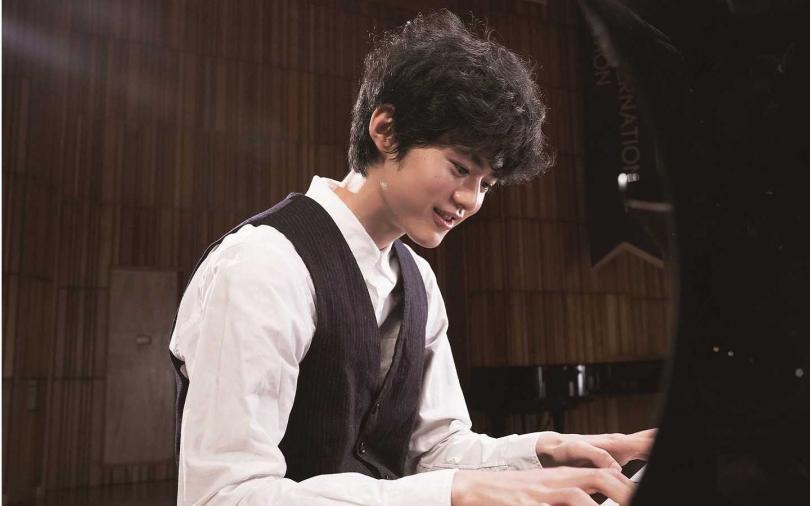 19歲的鈴鹿央士為電影苦練鋼琴。(圖/CATCHPLAY提供)
