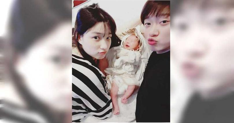崔敏煥和律喜曾帶著寶寶一起演出育兒節目。(圖/翻攝自網路)
