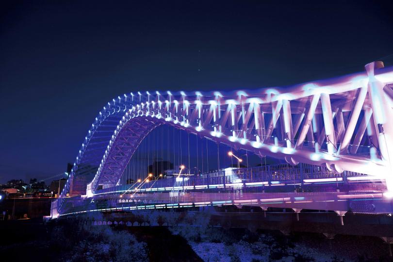 「南興公園」附近的「海天橋」,入夜後點亮七彩燈光,更顯浪漫。(圖/于魯光攝)