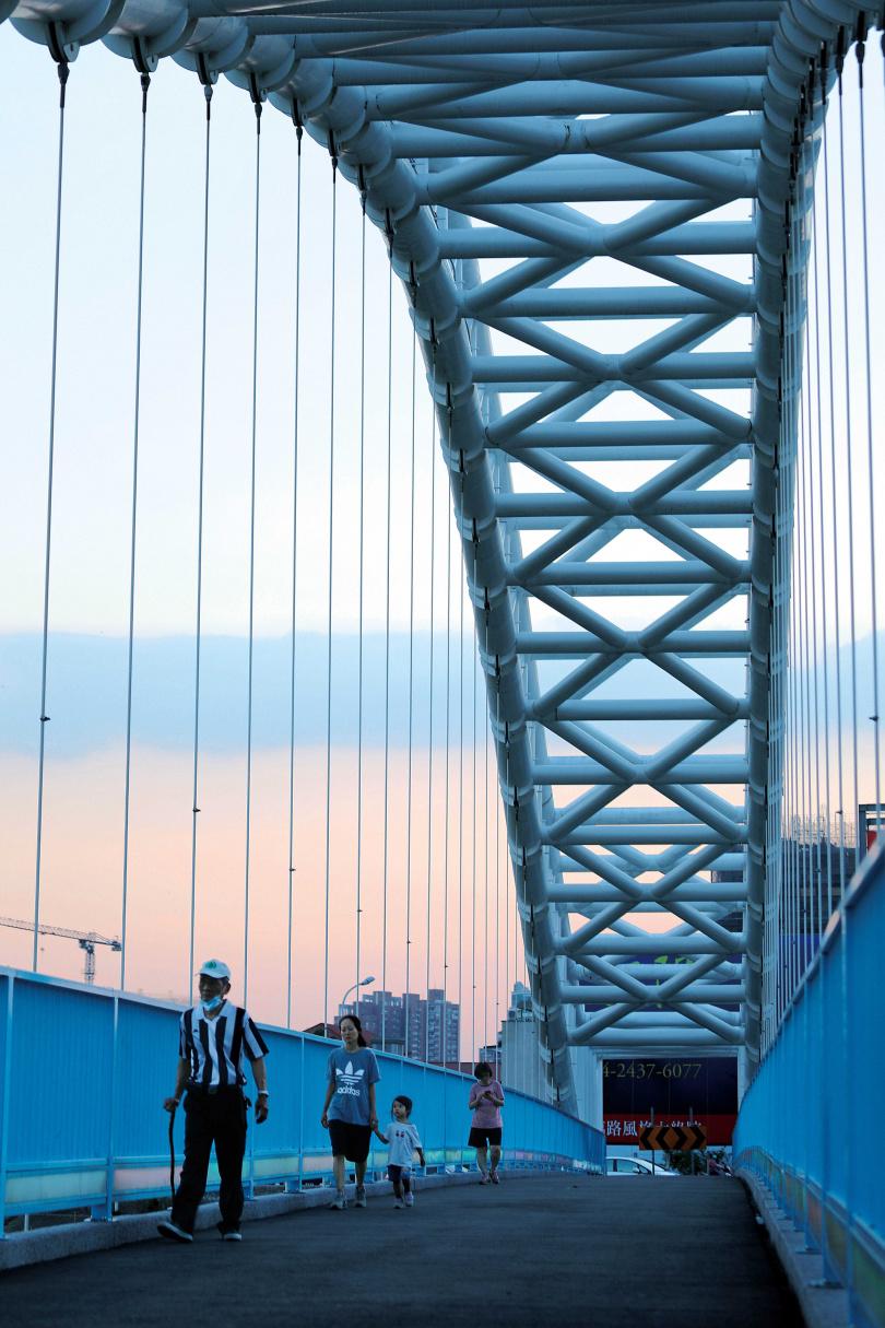 每到天氣舒爽的傍晚,「南興公園」附近的「海天橋」,可見到許多民眾結伴散步。(圖/于魯光攝)