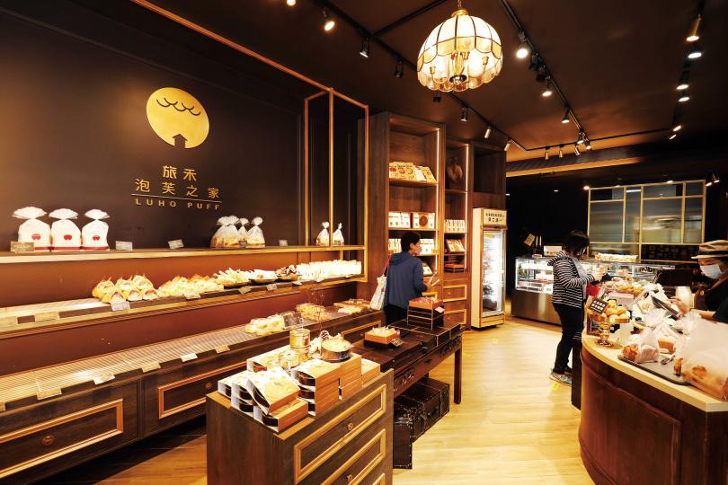 「旅禾泡芙之家審計旗艦店」以木質調的沉穩色系,打造出英倫風的寬敞空間。(圖/于魯光攝)