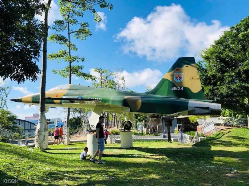 水交社文化園區內有一架F-5E戰鬥機停駐,因此又名「飛機眷村」。(圖/KLOOK提供)