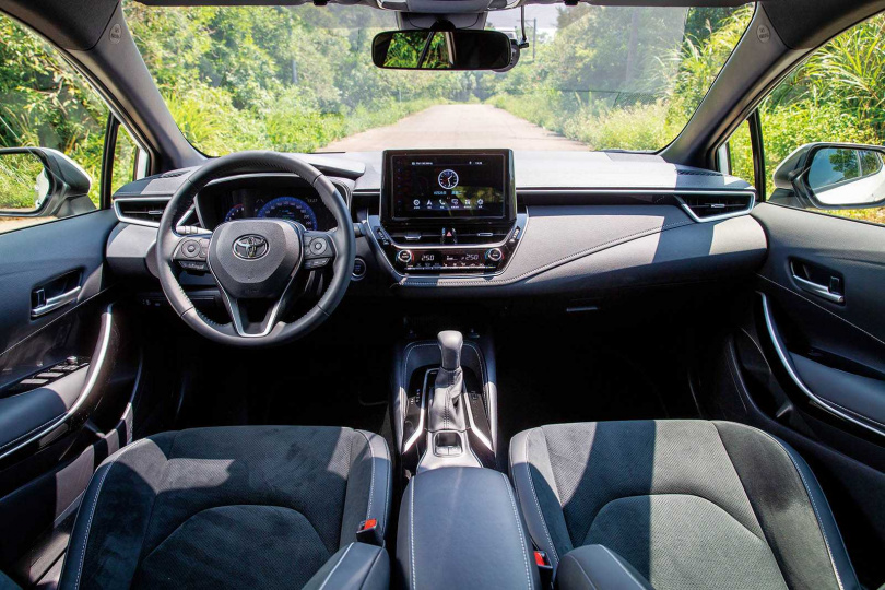 排檔桿座後方為電子駐車開關及Auto Hold按鍵;旗艦版配備7吋數位儀表板。(圖/黃耀徵攝)