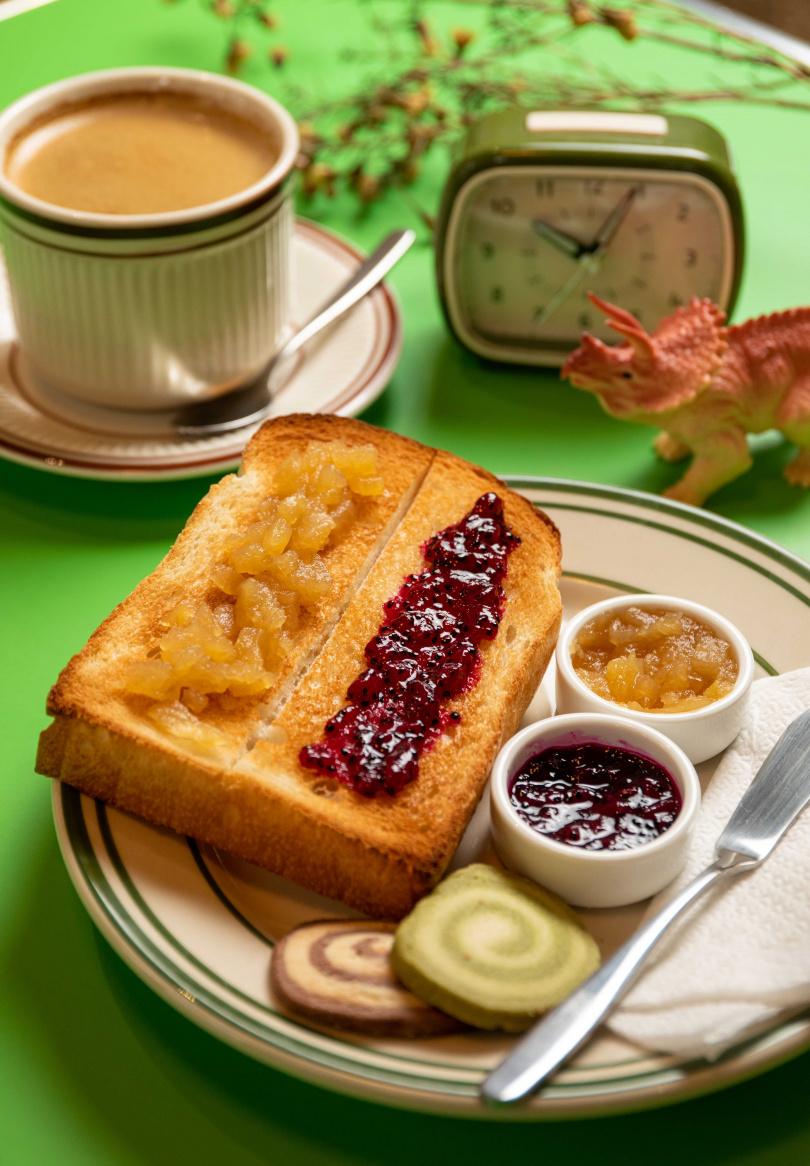 朝食時段只要任選飲品,便能品嘗到附有兩款果醬的酥脆烤吐司。