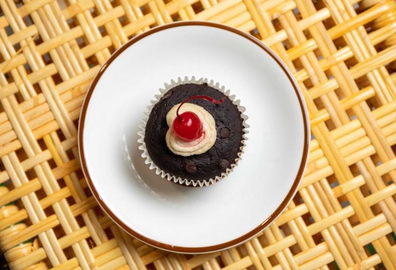 「可可杯子蛋糕」以腰果加椰奶打製的奶油取代動物性鮮奶油,堅果香氣與可可相當搭配。(55元)