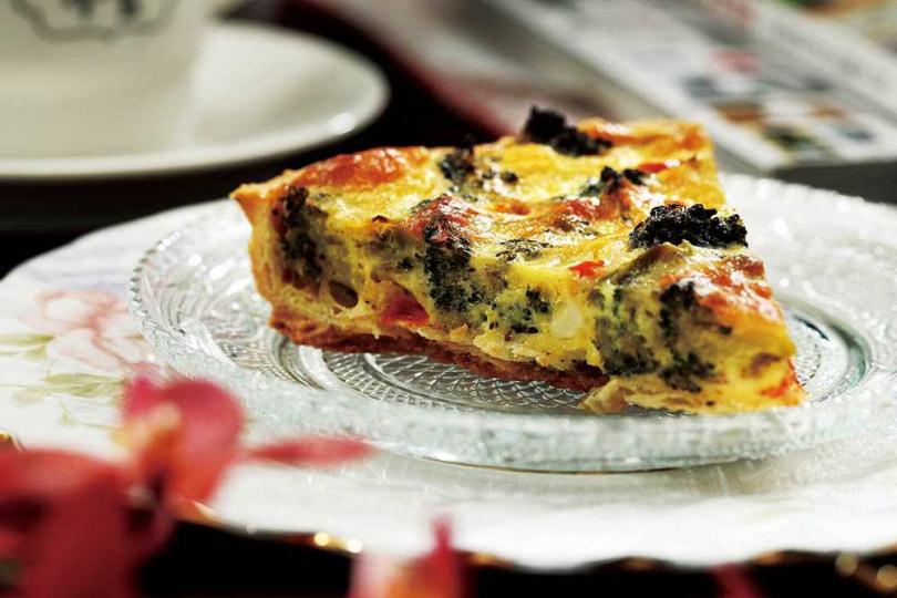 「番茄花椰菜起司鹹派」減少奶油比例所以不膩口,派皮愈嚼愈香。(160元)(圖/于魯光攝)