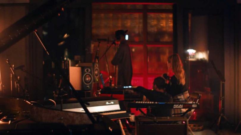 在工作室內錄音的THe LYONZ和Betta Lemme。