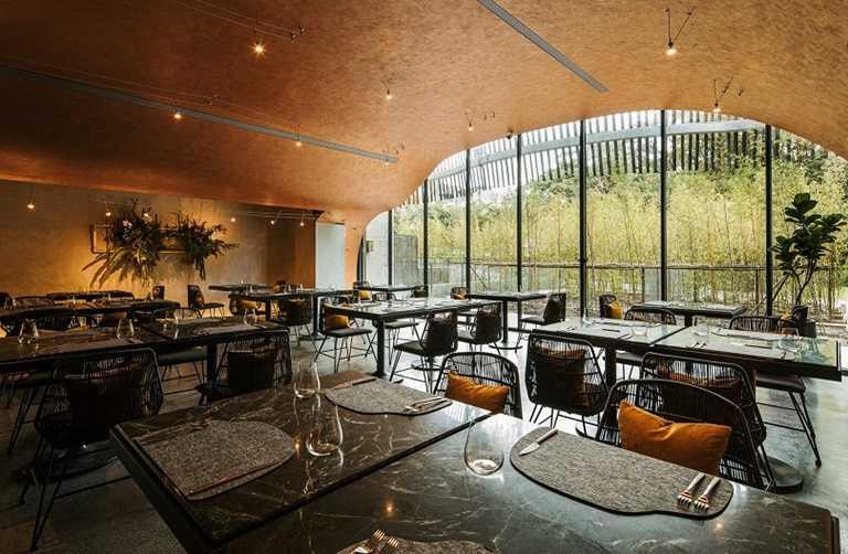 Habitat餐廳是一個外型宛如洞穴般的半開放式空間。