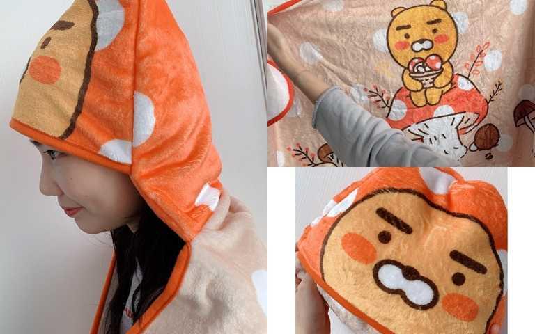 新光三越獨家贈禮的這條萊恩暖心抱抱毯摸起來好舒服~而且竟然還能戴在頭上裝萌XD。(圖/吳雅鈴攝影)
