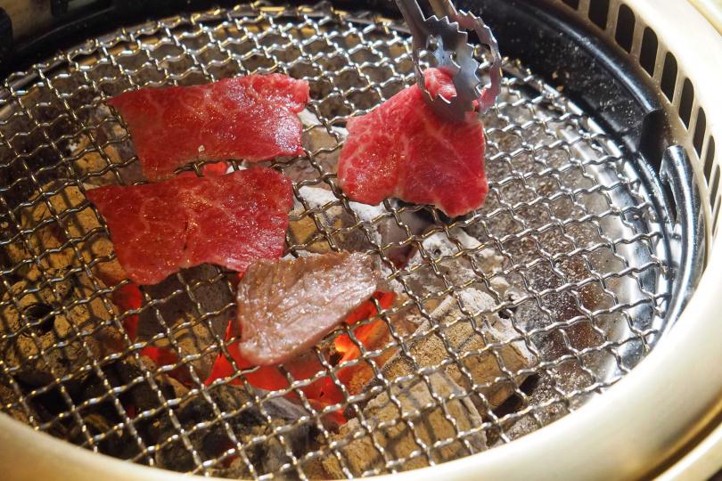「宮崎香草牛」燒烤後會帶出特殊油脂香氣,圖為「肩小排」。(圖/魏妤靜攝)