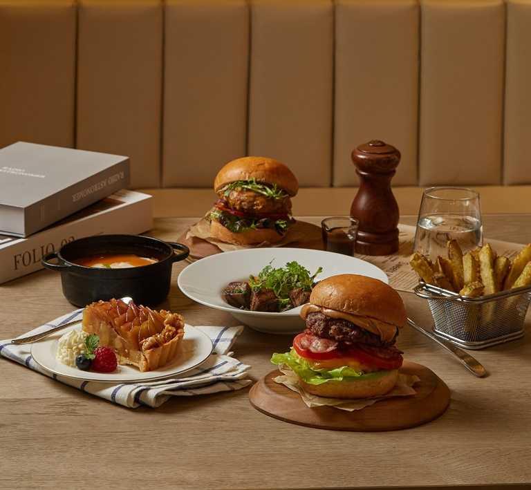 王品旗下米其林推薦牛排館「THE WANG」也能外帶、外送,限定版菜單「主廚手製夏威夷熟成牛肉漢堡」選用頂級乾式熟成牛製作。