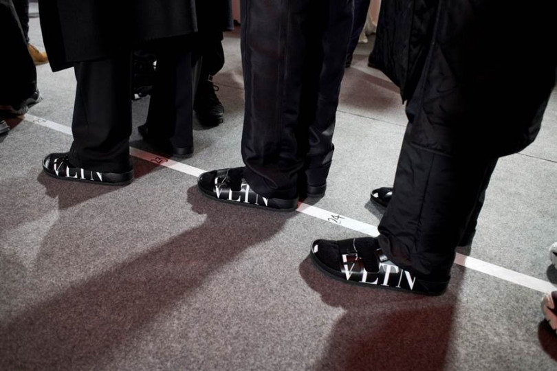 後台穿著Valentino與Birkenstock聯乘款式的男模們。