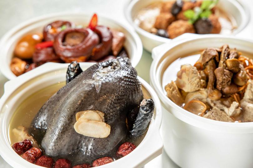 「養生元氣手工煲湯」與「媽媽健康安心手路菜」系列。(圖/台北晶華酒店提供)