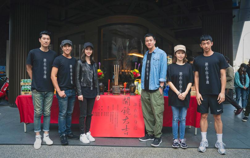 導演何潤東(右三)自製黑暗懸疑影集《誰在你身邊》,與製作人徐若瑄(右二)率張鈞甯(左三)、莊凱勛(左二)、陳恩峰(左一)、王可元(右一)舉行開鏡。(圖/頤東娛樂提供)