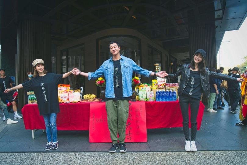 金鐘導演何潤東(中)邀到張鈞甯(右)、徐若瑄(左)兩位重量級女神擔綱新戲女主角。(圖/頤東娛樂提供)