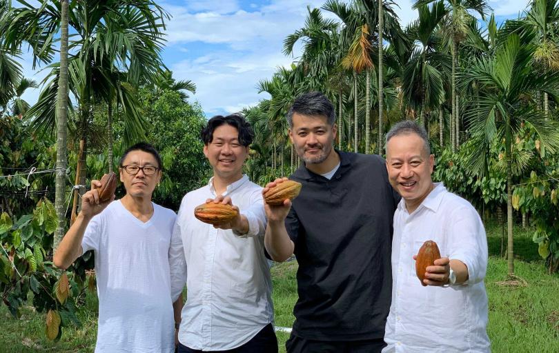福灣創辦人許華仁(左二)與飲食企劃人小川弘純(左三)合影。