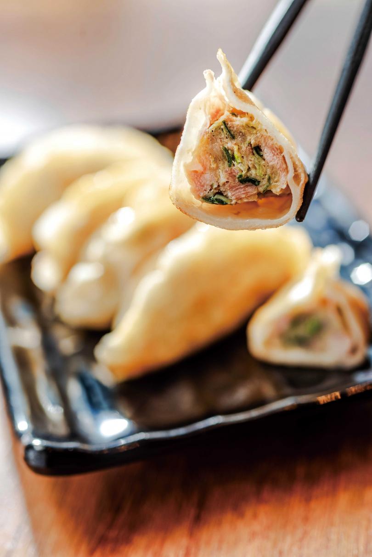 刻意將韭菜豬肉口味的「煎餃」煎到金黃酥香,讓口感更加酥爽。(100元/5個)(圖/張祐銘攝)