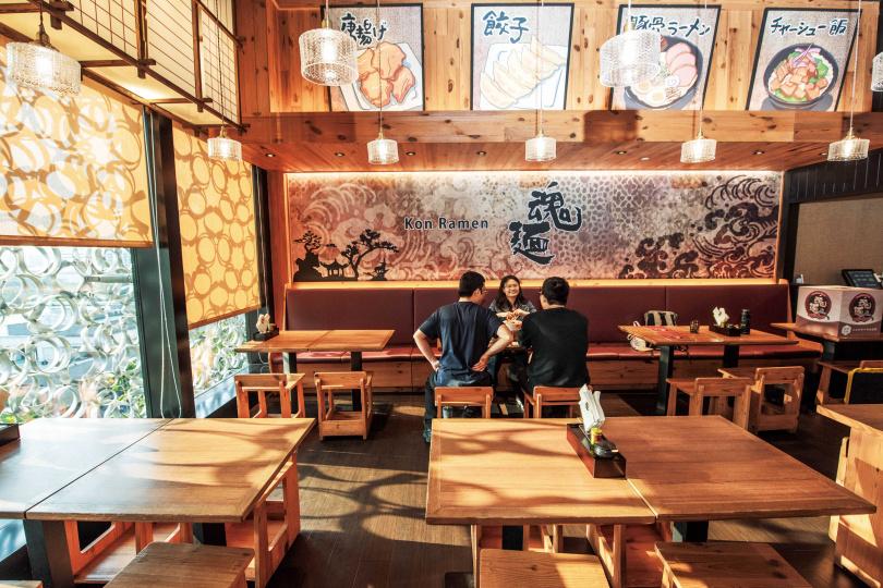 「魂麵」以木質調為主的空間,充滿日式氛圍。(圖/張祐銘攝)