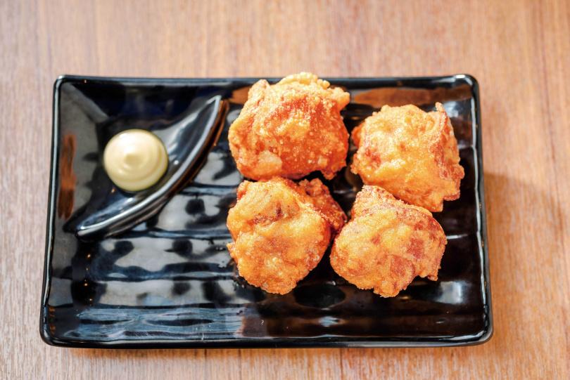 品嘗「唐揚雞」時,建議撒上日本百年老店「八幡屋礒五郎」的七味粉提味。(120元)(圖/張祐銘攝)