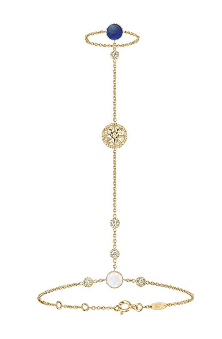 DIOR「Rose des Vents羅盤玫瑰系列」青金石黃K金手鍊戒╱320,000元。(圖╱DIOR提供)