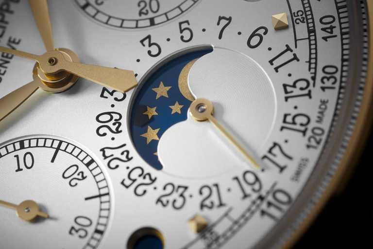PATEK PHILIPPE「5270J-001萬年曆計時碼錶」,備有諧和有序的萬年曆顯示佈局,及典型的月相顯示窗╱5,140,000元。(圖╱PATEK PHILIPPE提供)