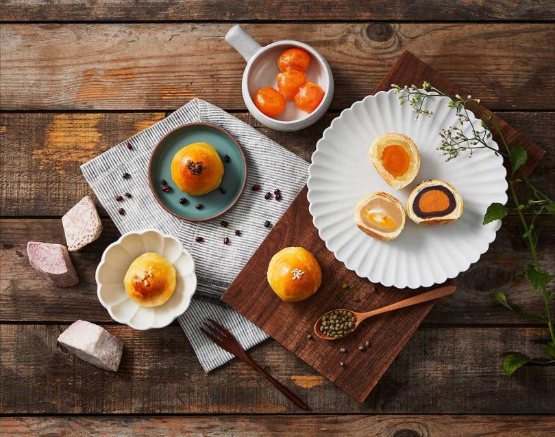 許煜新主廚首度挑戰傳統中式甜點之作,推出兩款蛋黃酥。(圖/香格里拉台南遠東國際大飯店、台北神旺飯店)<br>