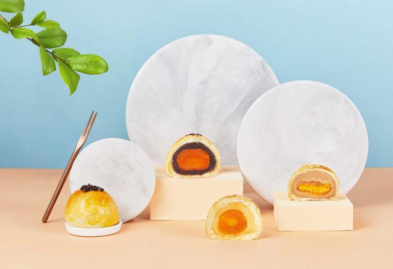 第一名「紅豆玉露蛋黃酥」、第三名「綠豆沙蛋黃酥」及「芋頭白玉蛋黃酥」禮盒。(399元/6入一盒)(圖/香格里拉台南遠東國際大飯店、台北神旺飯店)<br>