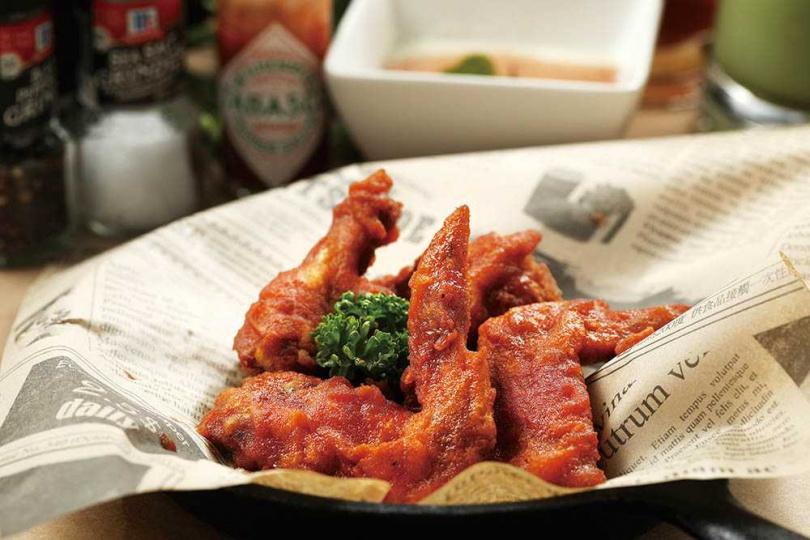 帶有淡淡煙燻香氣的「水牛城辣雞翅」,滋味酸甜辣兼具。(120元)(圖/于魯光攝)