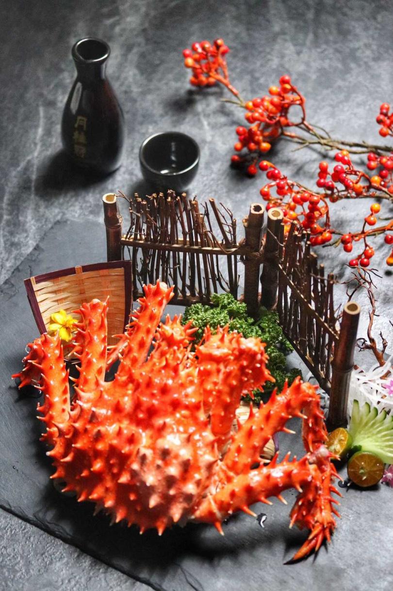 6人同行每人加價100元共享的帝王蟹。(圖/板橋凱撒大飯店提供)