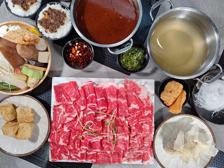 「豪華暴動肉食牛全拚」,選用美國prime等級牛肉,可一次品嘗連上雪花、嫩肩、沙朗與霜降四個部位共16盎司,絕對能滿足嗑肉的需求,為雙人套餐。(999元)