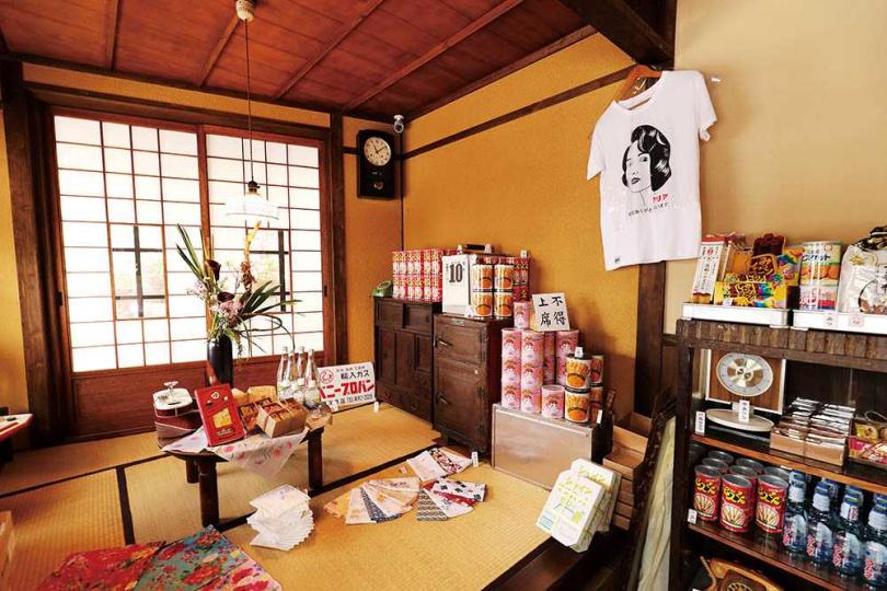店內還販售老舖和菓子、糖果,與入選「昭和名水百選」的天然水等多種日本商品。(圖/于魯光攝)