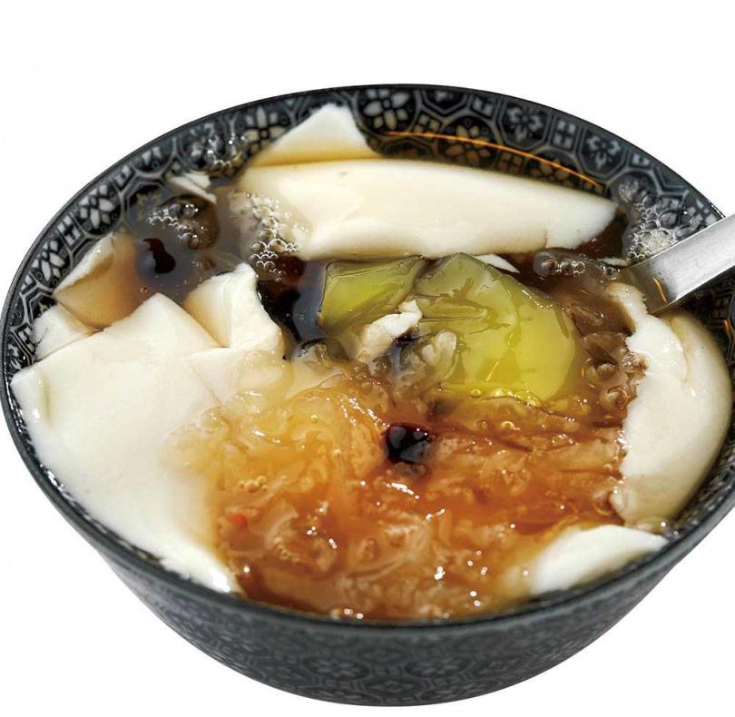 有著特有豆香和熱薑湯的薑汁豆花,是許多人心中最愛的滋味。(45元)