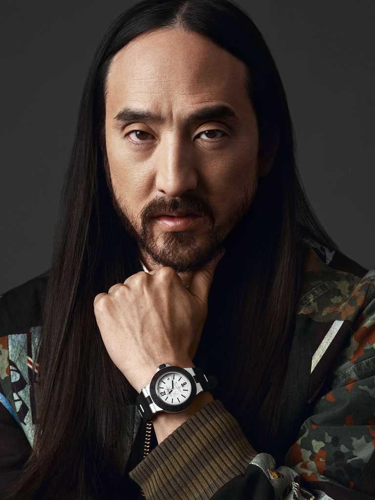 世界前十大DJ與音樂製作人Steve Aoki,佩戴BVLGARI「Bvlgari Aluminium」Steve Aoki特別版腕錶╱94,500元。(圖╱BVLGARI提供)