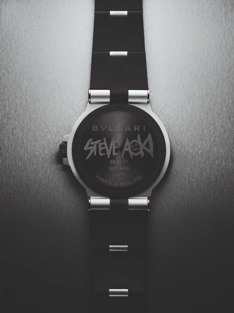 BVLGARI「Bvlgari Aluminium」Steve Aoki特別版腕錶,搭配黑色DLC類鑽碳高耐磨鍍膜處理的鈦金屬錶底蓋與橡膠錶圈,並鐫刻Steve Aoki專屬標誌。(圖╱BVLGARI提供)