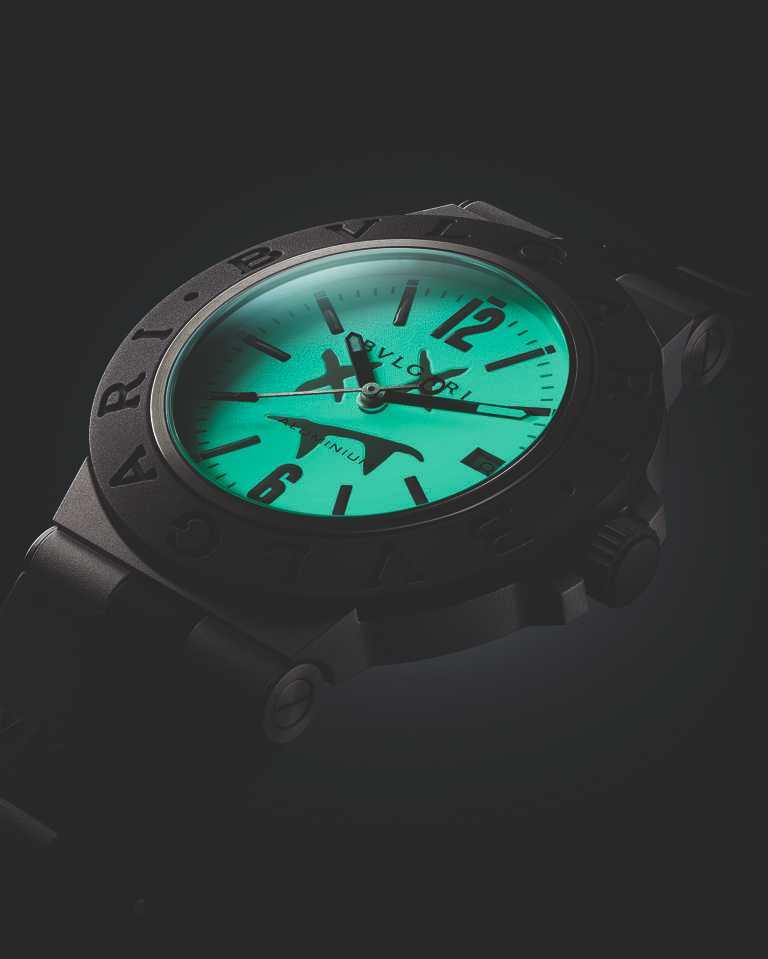 BVLGARI「Bvlgari Aluminium」Steve Aoki特別版腕錶,白色錶盤飾以Steve Aoki專屬標誌,並塗覆超級螢光夜光塗料。(圖╱BVLGARI提供)