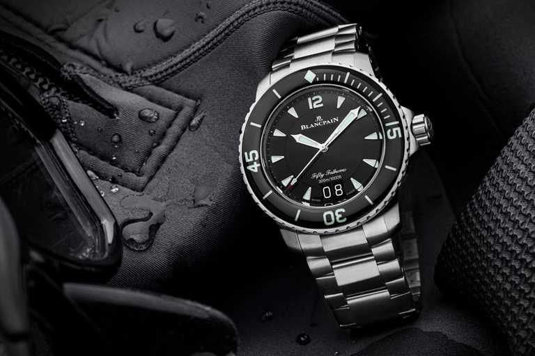 BLANCPAIN「Fifty Fathoms五十噚」大日曆自動潛水腕錶。(圖╱BLANCPAIN提供)