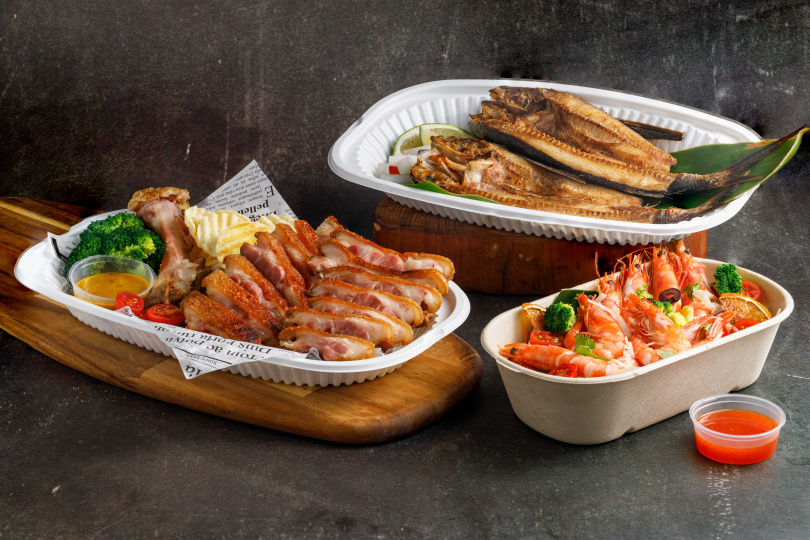 「炫Food2號餐」的「火焰黃金脆皮豬腳」嚴選黑豬前蹄,以秘製香料醃製三天再裹粉油炸與烤製,外酥內嫩又多汁。(999元,圖/芭達桑原住民主題餐廳提供)