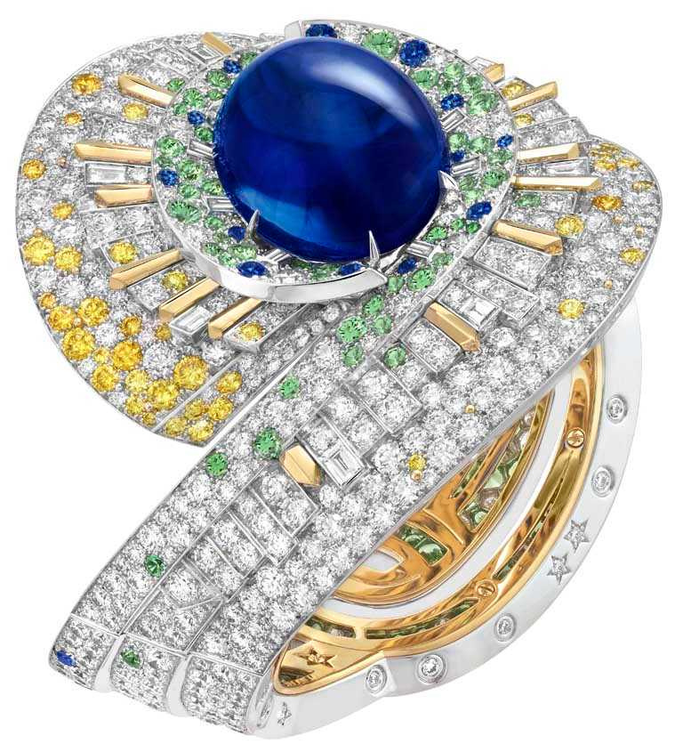 Van Cleef & Arpels「Sous les Étoiles」系列高級珠寶,「Sentier d'étoiles」手鐲,白K金、黃K金、1顆蛋面切割、重69.23克拉斯里蘭卡藍寶石、藍寶石、沙弗萊石、黃鑽及白鑽。(圖╱Van Cleef & Arpels提供)