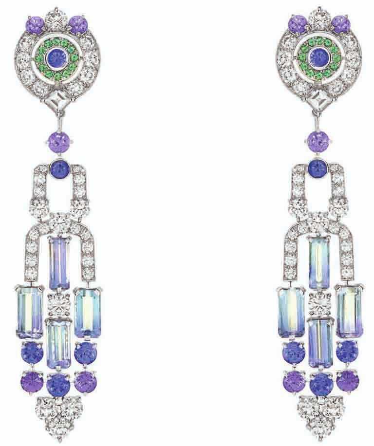 Van Cleef & Arpels「Sous les Étoiles」系列高級珠寶,連可拆式吊墜的「Céphéide」耳環,白K金、8顆共重11.89克拉的長方形切割坦桑石、沙弗萊石、紫色藍寶石、鑽石。(圖╱Van Cleef & Arpels提供)
