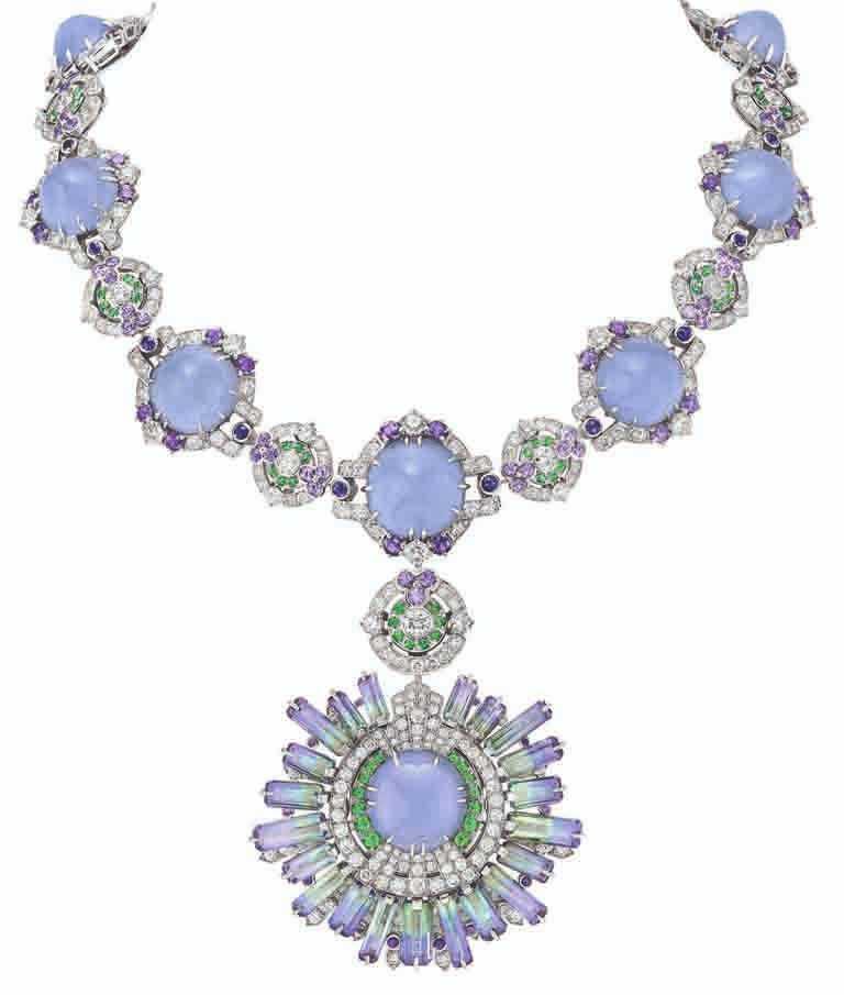 Van Cleef & Arpels「Sous les Étoiles」系列高級珠寶,連可拆式胸針的「Céphéide」項鍊,白K金、11顆共重159.72克拉的蛋面切割玉髓、21顆共重30.16克拉的坦桑石、紫色藍寶石、沙弗萊石、鑽石。(圖╱Van Cleef & Arpels提供)