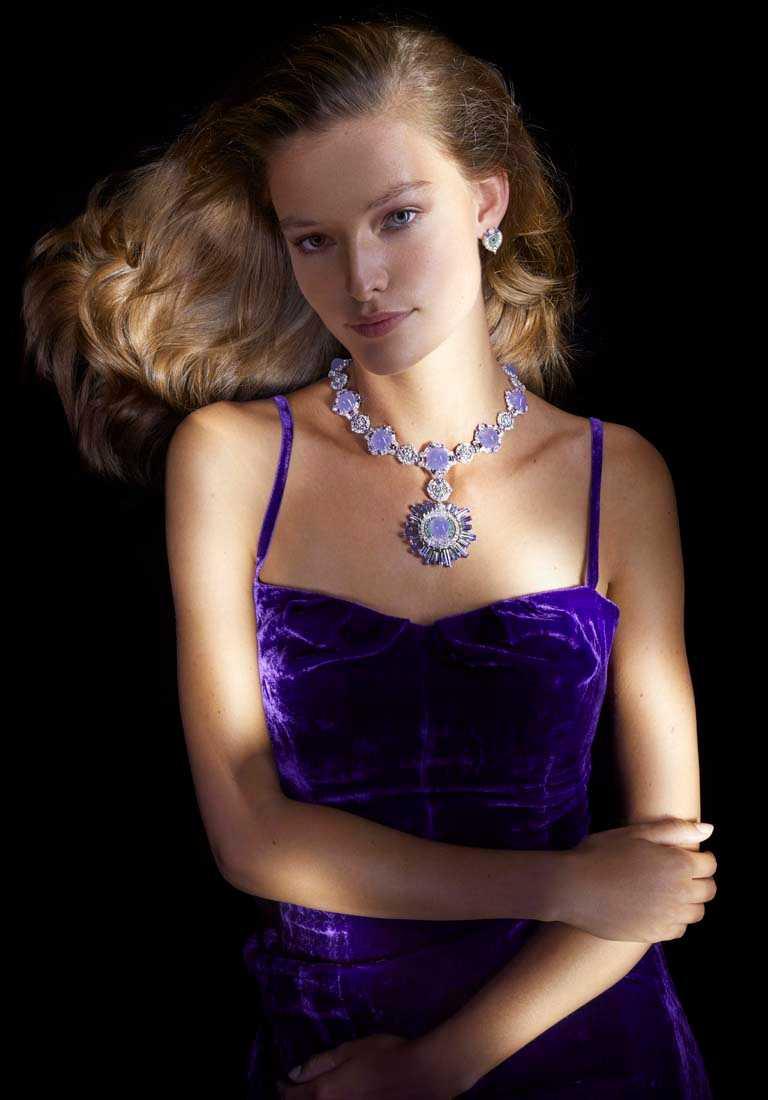 Van Cleef & Arpels「Sous les Étoiles」系列高級珠寶,「Céphéide」項鍊與耳環珠寶套裝。(圖╱Van Cleef & Arpels提供)