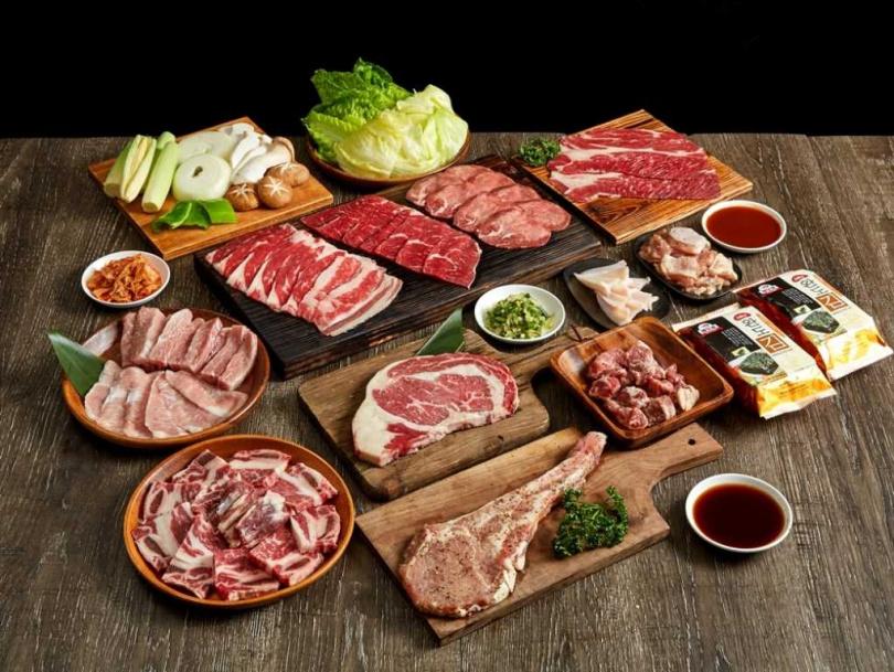 肉次方「好秋燒肉圍聚禮盒」除了提供大份量的優質好肉,還有9款烤物野菜及靈魂調醬,讓你宅在家也能爽快暢烤,享受極致肉欲!