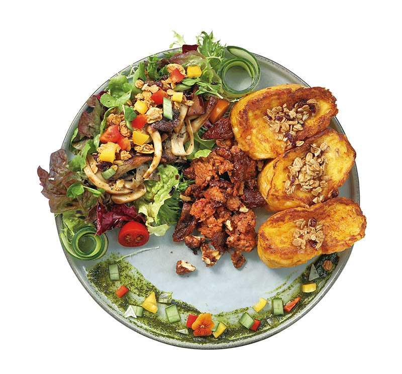 香嫩「法國布丁麵包」搭新豬肉手工腸、炒野菇,附青醬(360元)。(圖/于魯光攝)