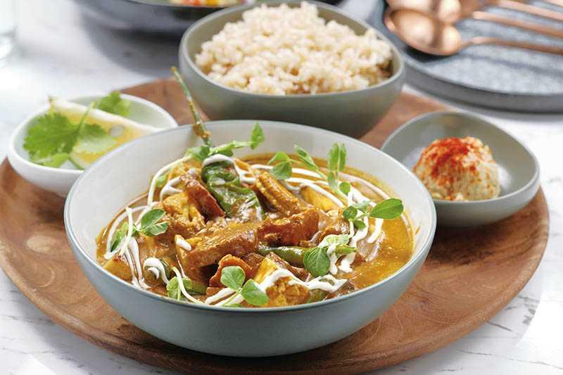「印度香料菠菜咖哩」帶番茄自然微酸,內有天貝、豆腐、秋葵等,搭有機糙米飯(350元)。(圖/于魯光攝)