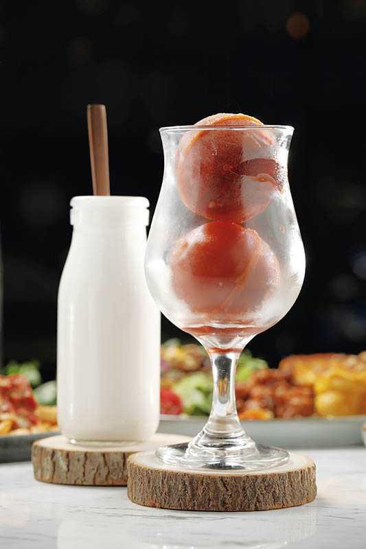 「泰式奶茶」手煮紅茶凍;杏仁烤過榨汁,富堅果香氣,倒入茶球即飲香醇(170元)。(圖/于魯光攝)