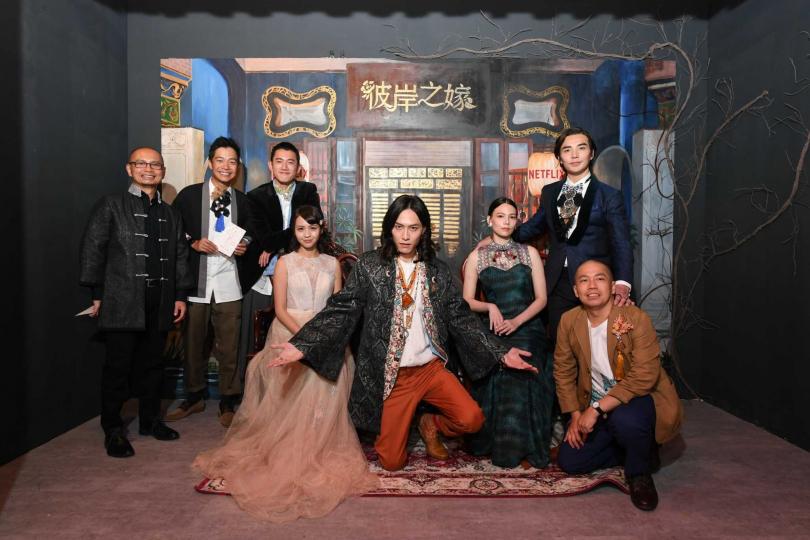 《彼岸之嫁》於華山舉辦展覽,演員群帶團參觀。(圖/Netflix提供)