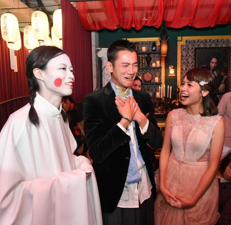 展覽由扮演女鬼的工作人員帶領,吳慷仁露出害怕模樣。(圖/Netflix提供)